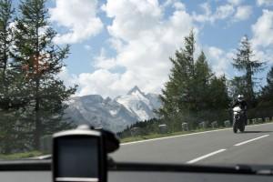 Navigationsgerät an der Frontscheibe
